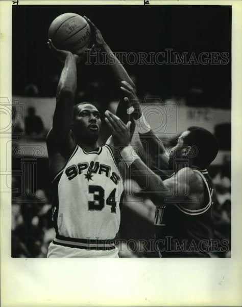 1985 Press Photo San Antonio Spurs basketball player Mike Mitchell in action - Historic Images