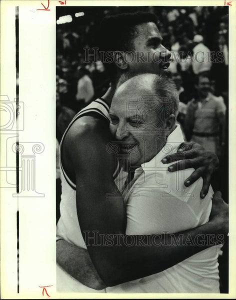 1989 Press Photo St. Mary's basketball coach Buddy Meyer with Zachry Lawson - Historic Images