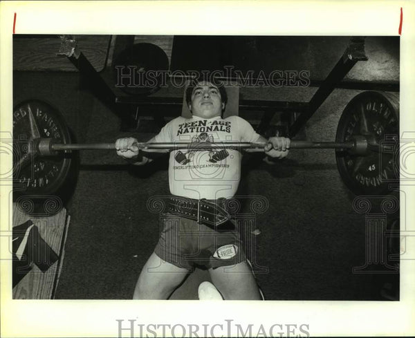 1983 Press Photo Weightlifter Jeff Rodriguez bench presses at Olympic Fitness - Historic Images