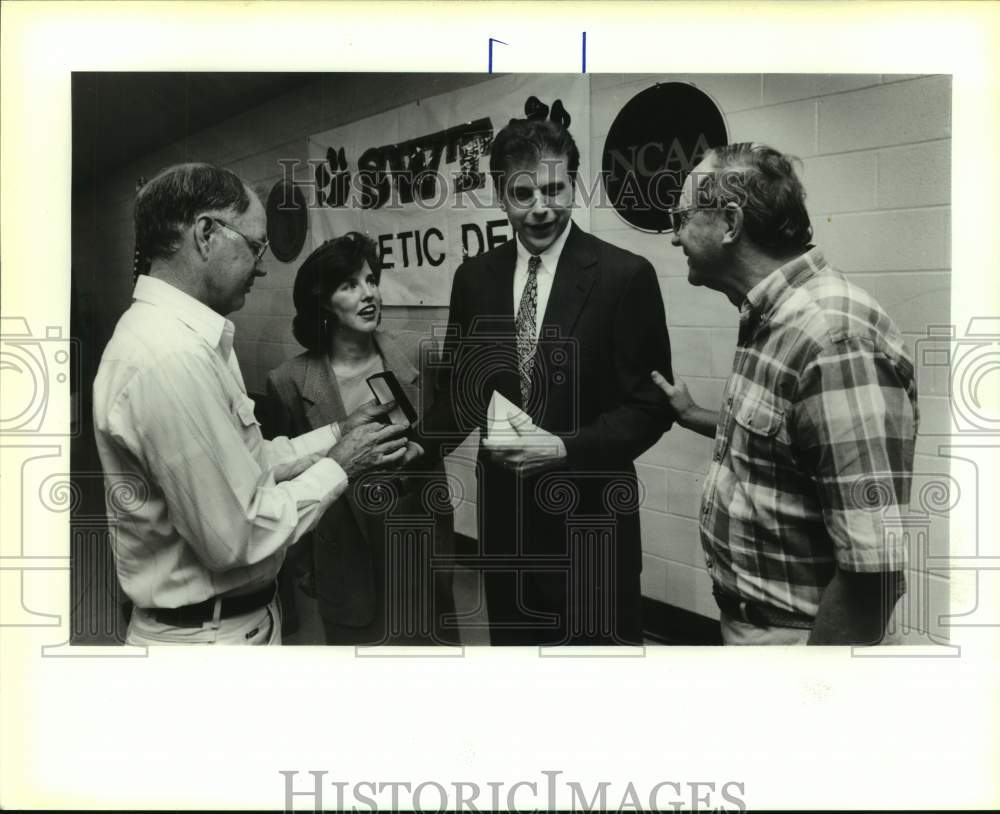 1994 Press Photo New Southwest Texas State basketball Mike Miller and supporters - Historic Images