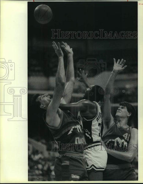 1988 Press Photo San Antonio Spurs and Denver Nuggets play NBA basketball - Historic Images