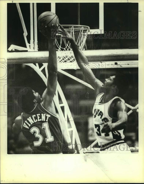 1982 Press Photo San Antonio Spurs basketball player Mike Mitchell, Jay Vincent - Historic Images