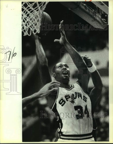 1986 Press Photo San Antonio Spurs basketball player Mike Mitchell vs. Dallas - Historic Images