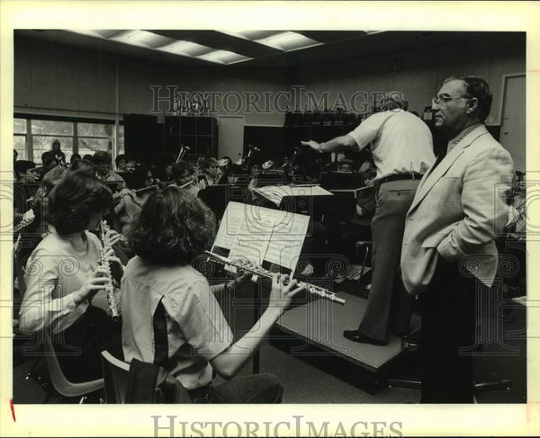 1984 Press Photo Al Sturchio listens to the MacArthur High School band - Historic Images