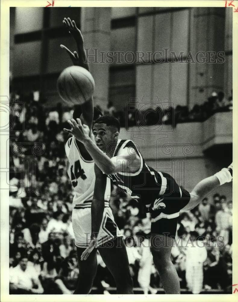 1988 Press Photo Sam Houston and East Central play high school basketball - Historic Images