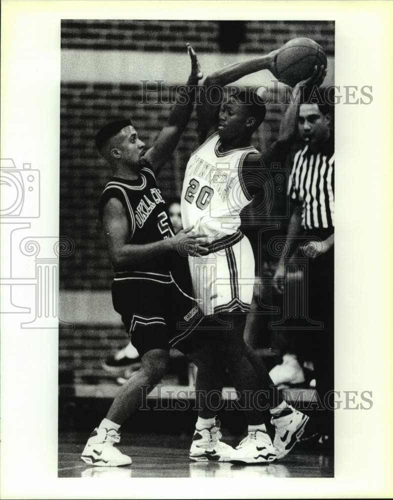 1991 Press Photo Oklahoma City and Wayland Baptist play college basketball - Historic Images