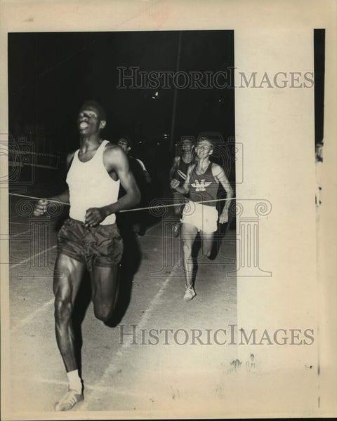 Press Photo Wheatley High track athlete Larry Davis wins an 880 run - sas16011 - Historic Images