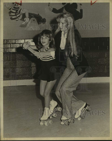 1975 Press Photo Roller skater Julie Buckfield with instructor Gracie Martinez - Historic Images