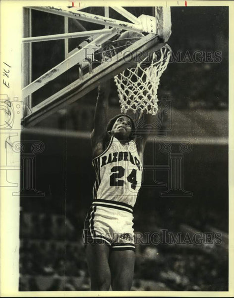 1980 Press Photo Arkansas college basketball player U.S. Reed slam dunk - Historic Images