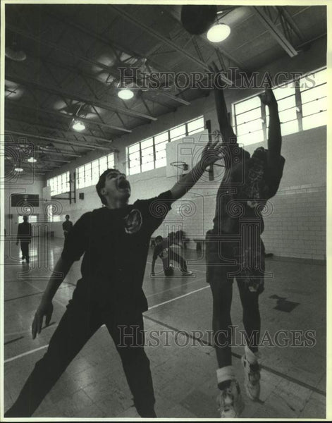 1994 Press Photo Mauricio Moreno and Sidney Winn during basketball practice - Historic Images