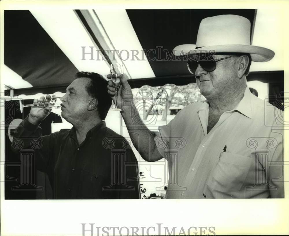 1992 Press Photo Charlie Thomas and former San Antonio Spurs owner Red McCombs - Historic Images