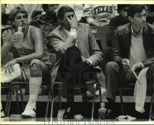 1990 Press Photo Basketball coach Jim Shuler during closing minutes of a game - Historic Images