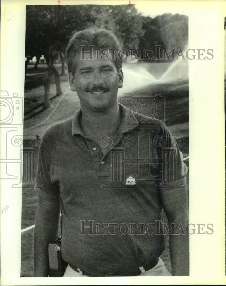 1981 Press Photo Neil Thrailkill on a golf course - sas16378 - Historic Images