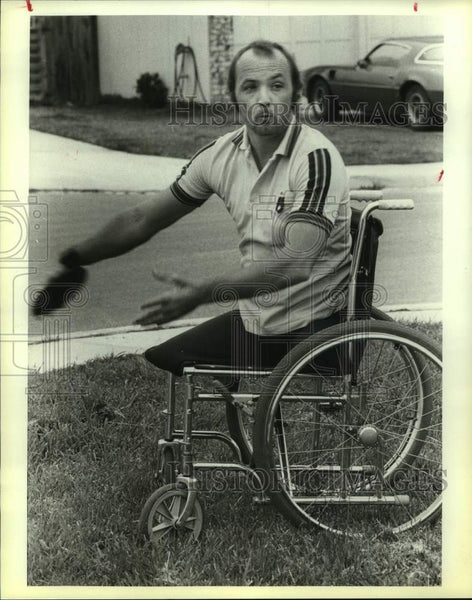 1983 Press Photo Wheelchair athlete Richard Thomas throws a discus - sas16629 - Historic Images