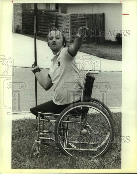 1983 Press Photo International wheelchair athlete Richard Thomas throws javelin - Historic Images