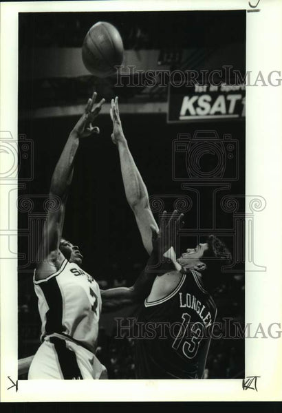1993 Press Photo San Antonio Spurs and Minnesota Timberwolves play basketball - Historic Images
