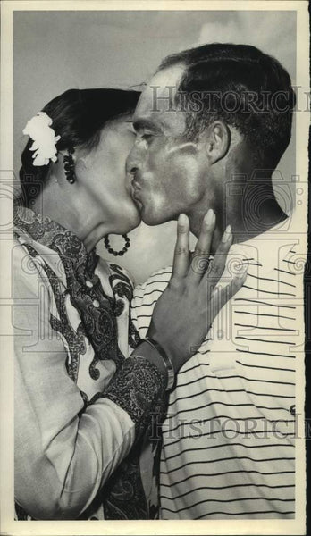Press Photo A man and woman kiss at the Texas Open golf tournament - sas16794 - Historic Images