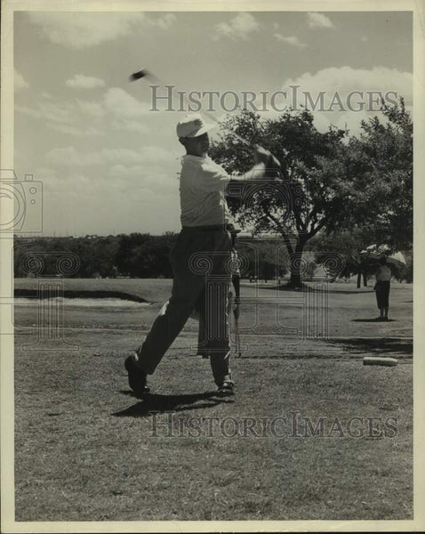 Press Photo Golfer Roy Schneider in action - sas16944 - Historic Images