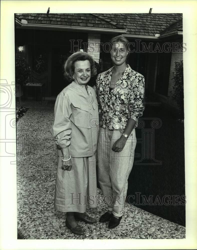1992 Press Photo UTSA tennis player Florentine Schneider with Ann Biggs - Historic Images