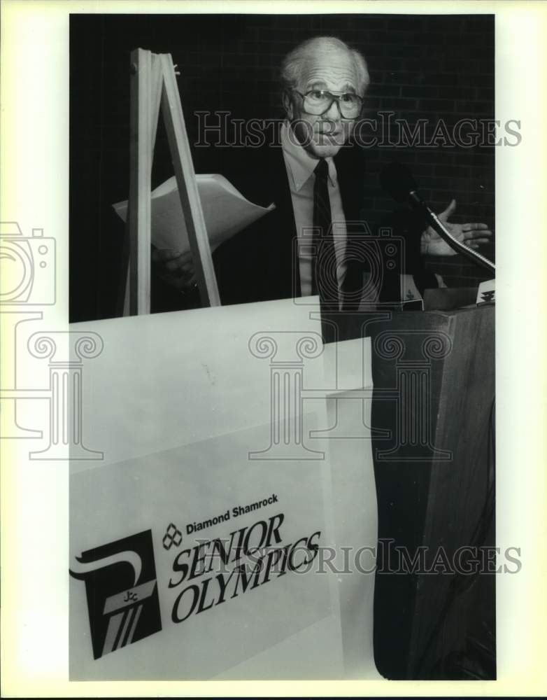 1990 Press Photo Leo Rose unveils Senior Olympics logo, Jewish Community Center - Historic Images