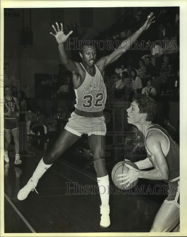 1984 Press Photo St. Mary's and ETBC play men's college basketball - sas17030 - Historic Images