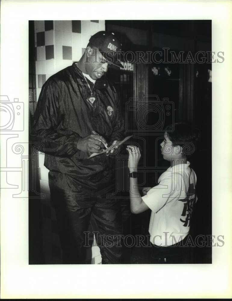 1992 Press Photo Basketball star Shaquille O'Neal with fan Meme Perez, 13 - Historic Images