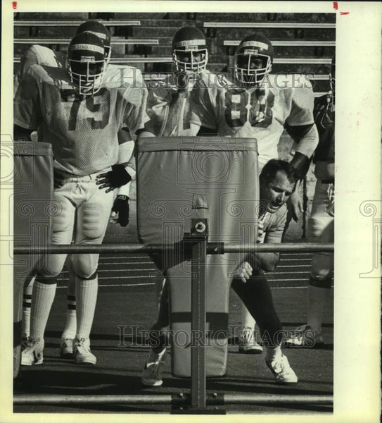 1984 Press Photo San Antonio Gunslingers football team during practice - Historic Images