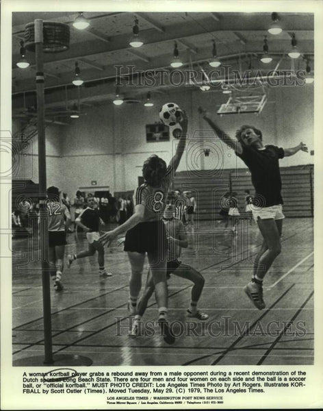 1979 Press Photo Korfball players in action at Long Beach State University - Historic Images