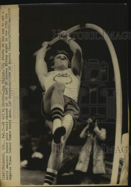 1976 Press Photo Pole vaulter Dan Ripley breaks the world indoor record - Historic Images