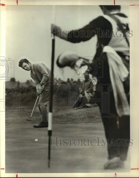 Press Photo Golfer Tony Jacklin strikes a putt - sas17223 - Historic Images