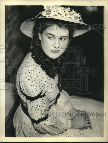 "Press Photo Jean Wallace Shown Wearing Her ""Georgia Type Dress of 1930"" - Historic Images"