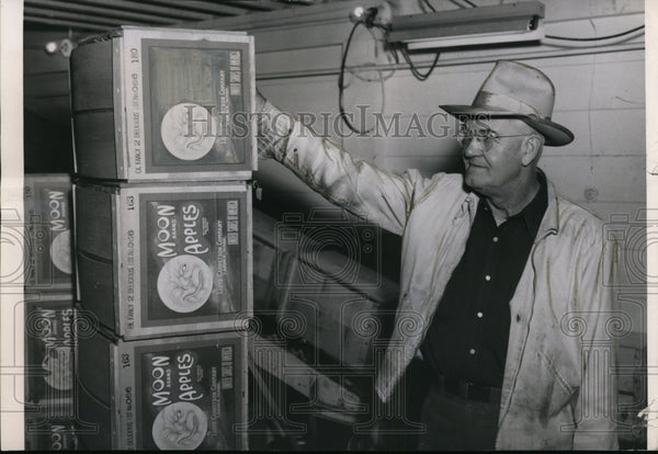 Press Photo Yakima's Jim Garretson on the schedule of apple packing - Historic Images