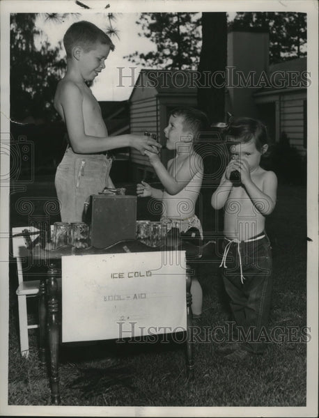 Press Photo Youngsters buy at lemonade stand - Historic Images