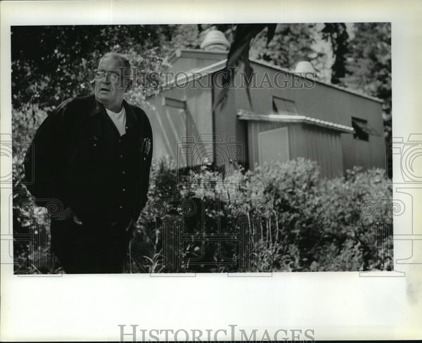 1987 Press Photo Bill Batey in front of Hayden Lake water pumping station - Historic Images