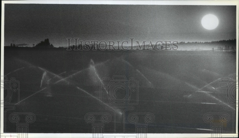 1990 Press Photo Irrigation sprinklers shower grass field on Rathdrum Prairie - Historic Images