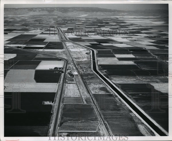 1967 Press Photo Aerial view of West Canal over the town of Winchester - Historic Images