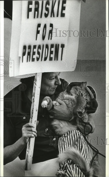 1992 Press Photo Linda Bruce & her cat Friske at Pet Costume Contest at NW Seed - Historic Images