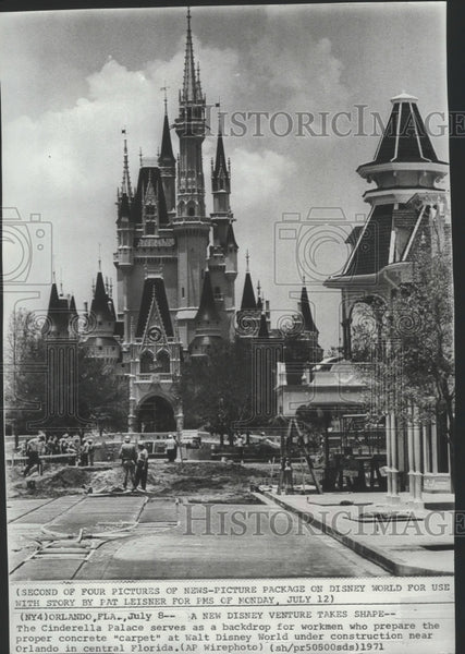 1971 Press Photo Cinderella Palace Serves as a Backdrop For Workmen - spa72996 - Historic Images