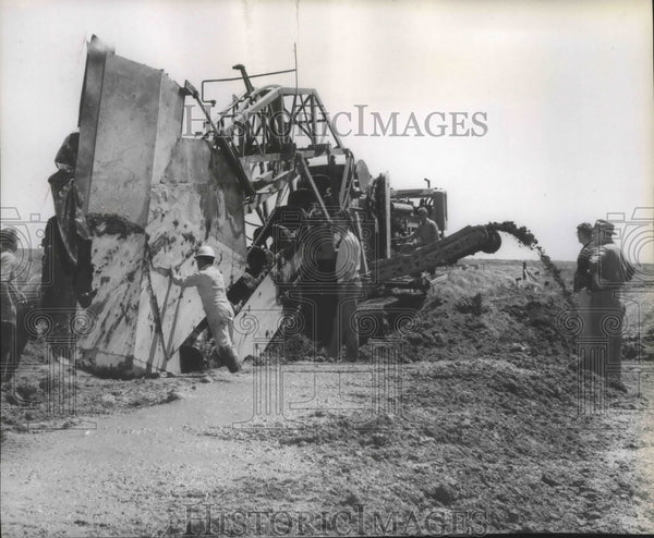 Press Photo Workers making good used of a Construction machinery - spa77422 - Historic Images