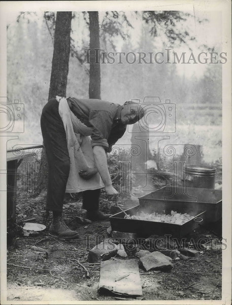 Press Photo Wally Pinky De Merchant cooks on a wooden fire - spa81479 - Historic Images
