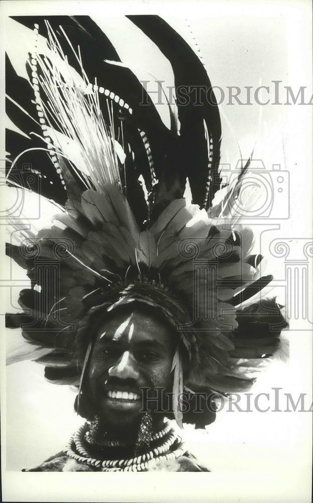1983 Press Photo New Guinean native wearing a traditional headrests - spa81758 - Historic Images