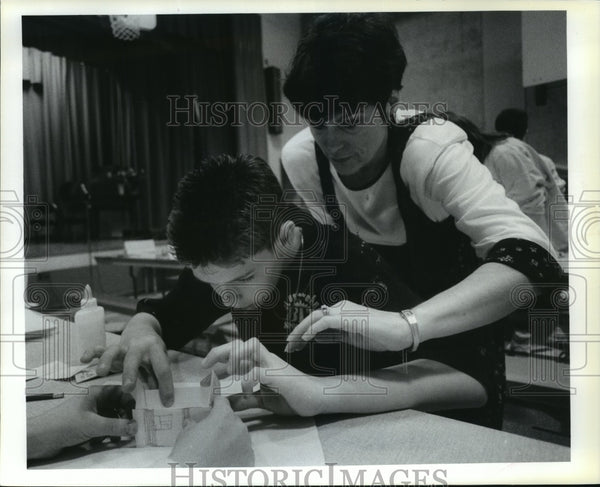 1992 Press Photo Browne Elementary student Austin Griffith get help in class - Historic Images