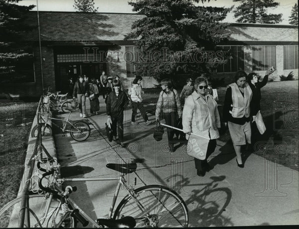 1985 Press Photo Students during dismissal at Whitworth School - Historic Images
