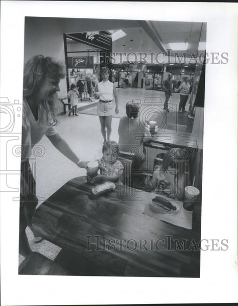 1992 Press Photo Lunch time at University mall shopping center - spb21710 - Historic Images
