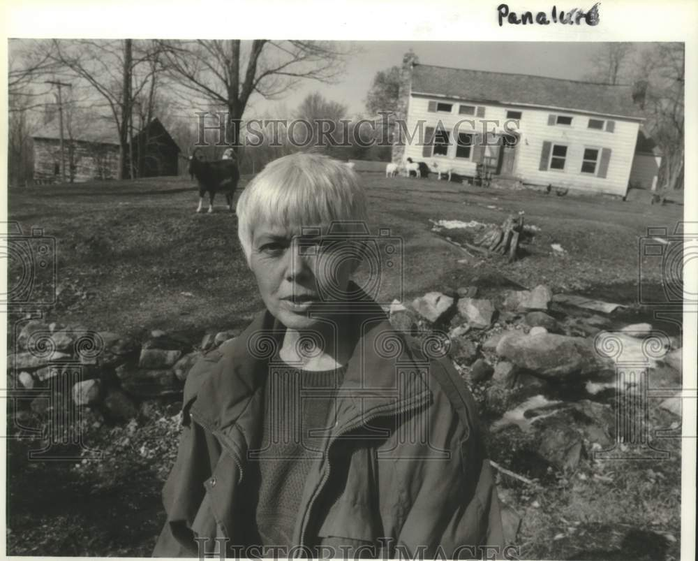 1992 Press Photo Stephanie Wenk outside her Greenwich, New York farmhouse - Historic Images