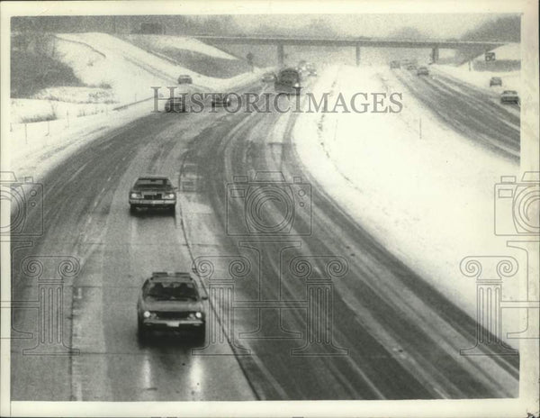 1980 Press Photo Motorists drive through snowy weather in Albany, New York - Historic Images