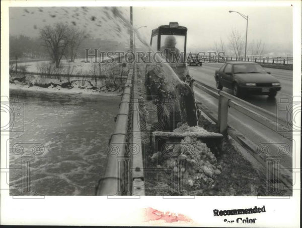 1993 Press Photo New York transportation worker clears ice from bridge walkway - Historic Images