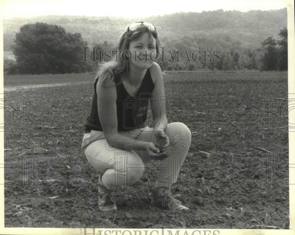 1990 Press Photo Susan Webb in field on her Castleton, New York farm - tua13765 - Historic Images