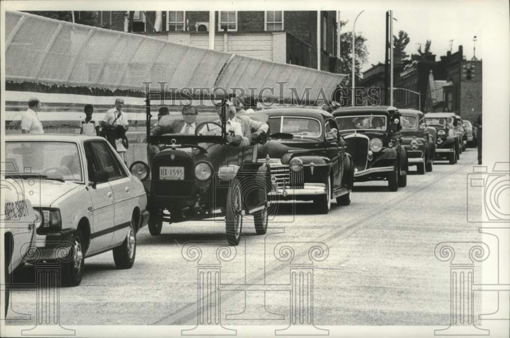 1980 Press Photo Parade of old cars down the Northern Boulevard Viaduct opening - Historic Images