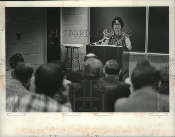 Press Photo Naomi Werne speaking to State Police in New York - tua14091 - Historic Images